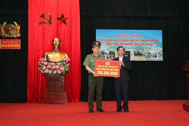 Công an tỉnh Thái Nguyên quyên góp 200 triệu ủng hộ đồng bào miền Trung - Ảnh minh hoạ 2