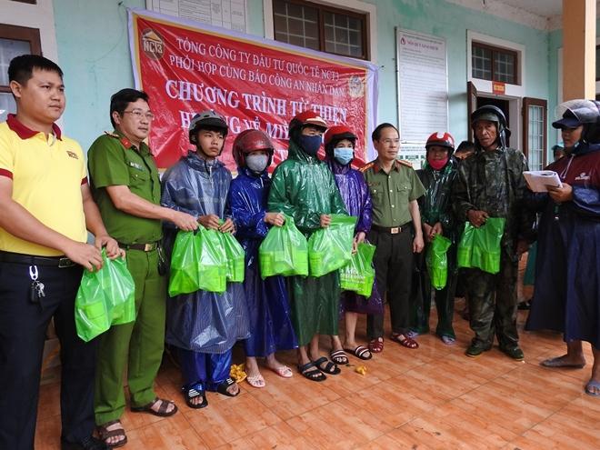 Báo CAND và Công ty NCT3 trao hỗ trợ người dân Quảng Trị bị lũ lụt