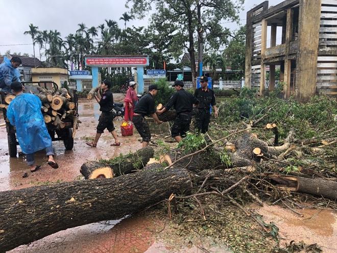 Công an Quảng Ngãi dọn vệ sinh trường học sau bão số 9 - Ảnh minh hoạ 2