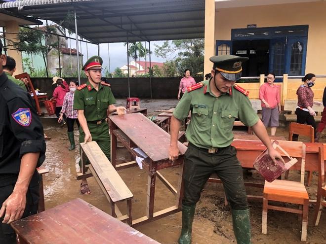 Công an Quảng Ngãi dọn vệ sinh trường học sau bão số 9 - Ảnh minh hoạ 3