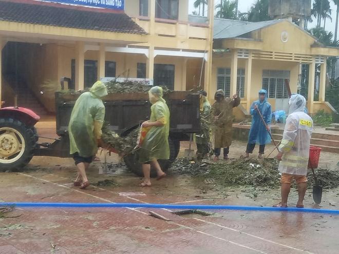 Công an Quảng Ngãi dọn vệ sinh trường học sau bão số 9 - Ảnh minh hoạ 5