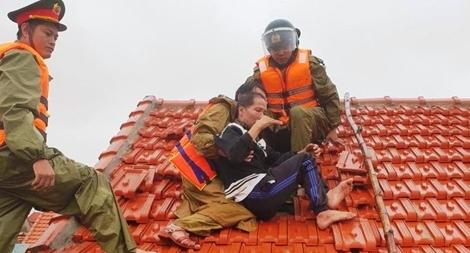 Nhiều cán bộ Công an bị thương vẫn vượt lũ để cứu dân