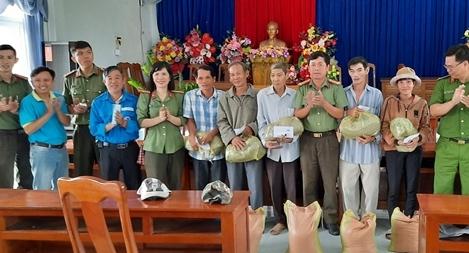 Bàn giao nhà nhân ái và tặng 100 suất quà cho người dân