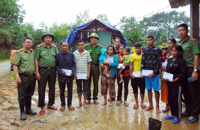 Về với người dân bị thiệt hại do sạt lở núi ở các huyện Nam và Bắc Trà My