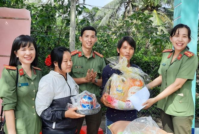 Bàn giao nhà nhân ái và tặng 100 suất quà cho người dân - Ảnh minh hoạ 2