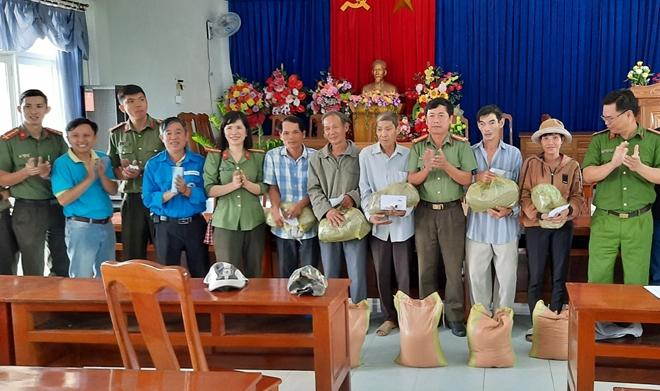 Bàn giao nhà nhân ái và tặng 100 suất quà cho người dân - Ảnh minh hoạ 4
