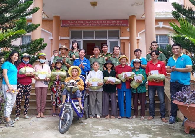 Bàn giao nhà nhân ái và tặng 100 suất quà cho người dân - Ảnh minh hoạ 3