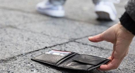 Nữ Cảnh sát trả lại ví có tiền mặt và thẻ hàng trăm triệu đồng cho người đánh rơi