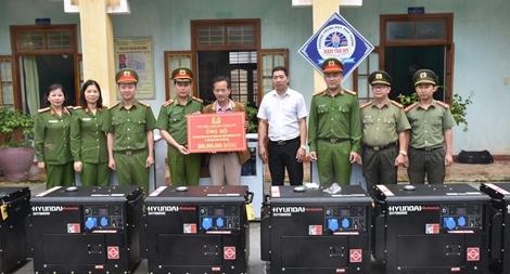 Tặng máy phát điện, máy lọc nước cho học sinh và Công an huyện Nam Trà My