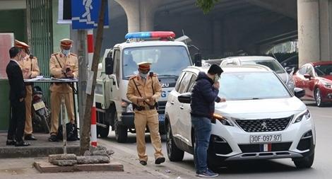 CSGT Hà Nội ra quân xử lý ô tô dừng đỗ trái luật