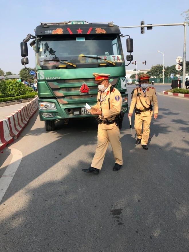 CSGT Hà Nội ra quân xử lý ô tô dừng đỗ trái luật - Ảnh minh hoạ 3
