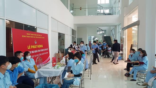 Thanh niên Cục Công nghiệp An ninh hăng hái tham gia hiến máu tình nguyện