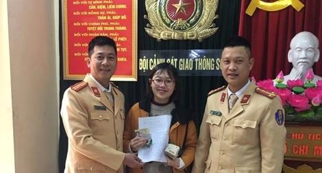CSGT trao trả chiếc ví bị mất cho nữ sinh viên Ngoại thương
