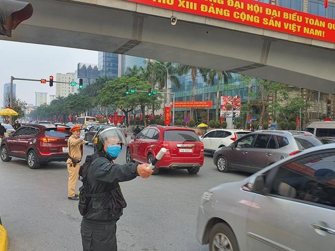 CSGT Hà Nội phân luồng giao thông, phát khẩu trang cho người dân - Ảnh minh hoạ 7