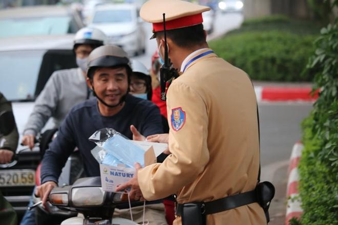 CSGT Hà Nội phân luồng giao thông, phát khẩu trang cho người dân - Ảnh minh hoạ 3