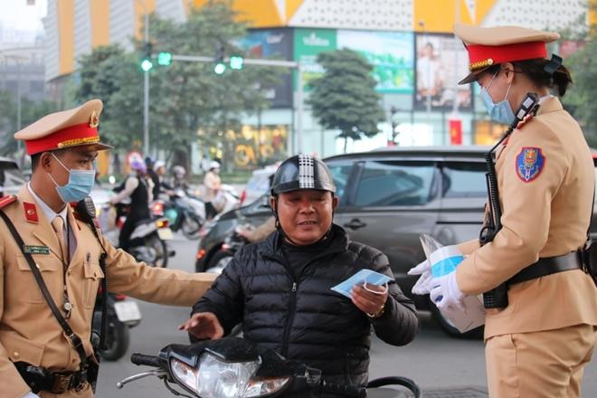 CSGT Hà Nội phân luồng giao thông, phát khẩu trang cho người dân - Ảnh minh hoạ 4