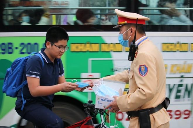 CSGT Hà Nội phân luồng giao thông, phát khẩu trang cho người dân - Ảnh minh hoạ 2