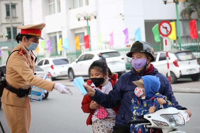 CSGT Hà Nội phân luồng giao thông, phát khẩu trang cho người dân