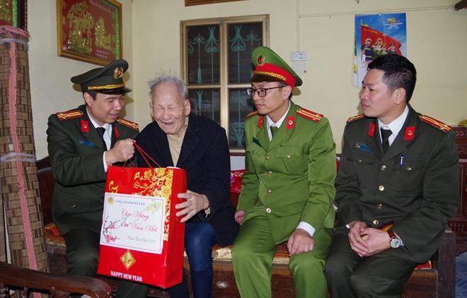 Công an tỉnh Hà Nam thăm, tặng quà Tết gia đình chính sách - Ảnh minh hoạ 2