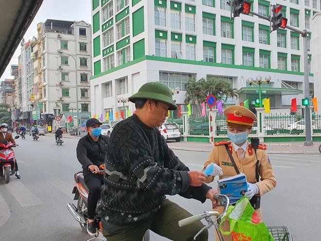 CSGT Hà Nội phân luồng giao thông, phát khẩu trang cho người dân - Ảnh minh hoạ 5
