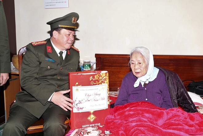 Công an tỉnh Hà Nam thăm, tặng quà Tết gia đình chính sách