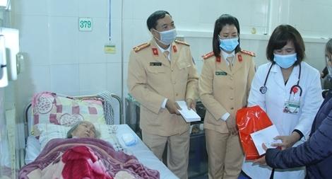 CSGT Lào Cai trao 80 phần quà cho bệnh nhân có hoàn cảnh khó khăn