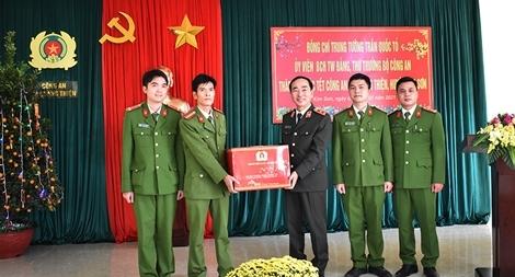 Thứ trưởng Trần Quốc Tỏ thăm và làm việc tại Công an huyện Kim Sơn