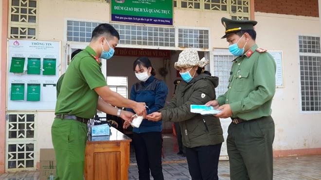 Trao tặng gạo của Phó Thủ tướng Trương Hòa Bình tặng người dân vùng biên giới - Ảnh minh hoạ 3