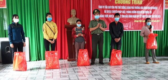 Trao tặng gạo của Phó Thủ tướng Trương Hòa Bình tặng người dân vùng biên giới