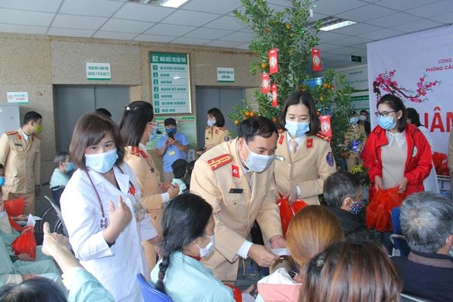CSGT Lào Cai trao 80 phần quà cho bệnh nhân có hoàn cảnh khó khăn - Ảnh minh hoạ 2