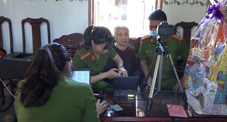 Đến tận nhà cấp căn cước công dân cho Mẹ Việt Nam Anh hùng