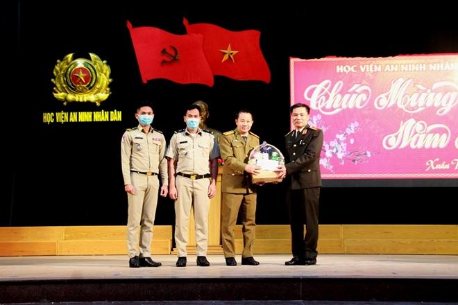 Gặp mặt, chúc Tết đại diện lưu học viên quốc tế và sinh viên các trường làm nhiệm vụ trực Tết
