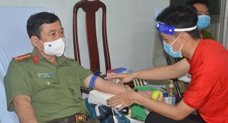 Giám đốc Công an tỉnh Sóc Trăng cùng CBCS tích cực hiến máu