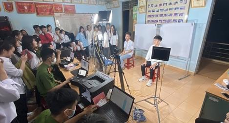 Công an huyện Đắk Mil tăng ca cấp CCCD cho học sinh vào ban đêm