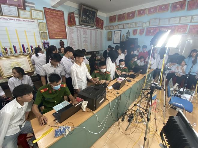 Công an huyện Đắk Mil tăng ca cấp CCCD cho học sinh vào ban đêm - Ảnh minh hoạ 3