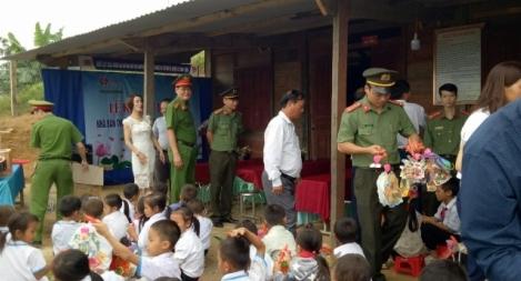 Công an tỉnh Nghệ An tặng quà thầy và trò vùng cao biên giới