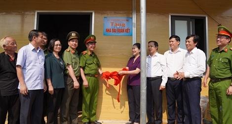 Trao 10 nhà đại đoàn kết cho hộ nghèo tại huyện Mai Châu
