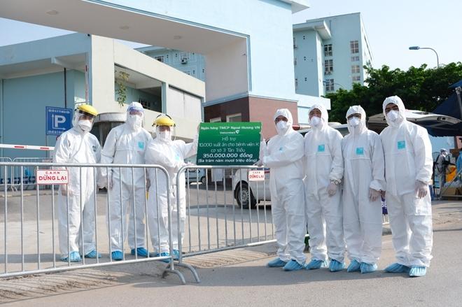 Vietcombank trao tặng 5 tỷ đồng và 10.000 suất ăn hỗ trợ Bệnh viện K cơ sở Tân Triều phòng chống dịch COVID-19 - Ảnh minh hoạ 2