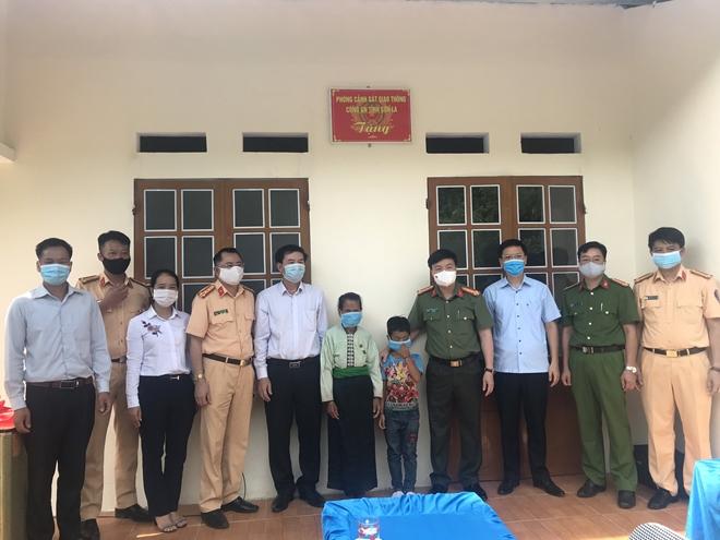 CSGT Sơn La trao tặng nhà tình nghĩa