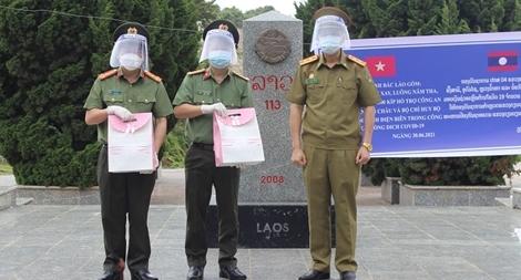 Lào giúp Công an tỉnh Điện Biên kinh phí phòng chống dịch COVID-19