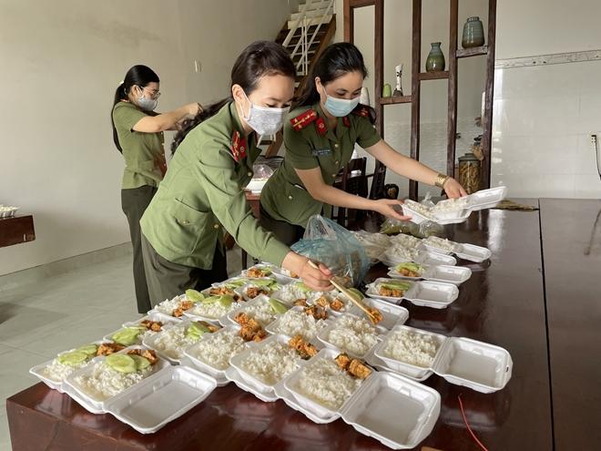 Những bữa cơm nghĩa tình của Công an Đắk Nông trong mùa dịch
