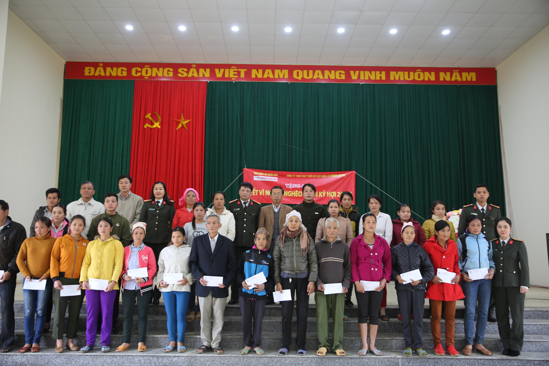 Mang quà Tết sớm đến với đồng bào nghèo tại Tân Lạc, Hòa Bình