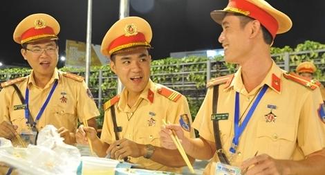 Bữa cơm vội của những chiến sĩ CSGT APEC
