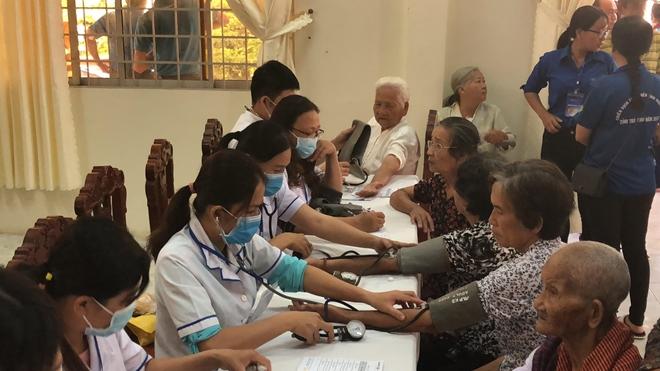 Khám bệnh miễn phí và tặng quà cho 3.000 người nghèo tại 6 tỉnh thành