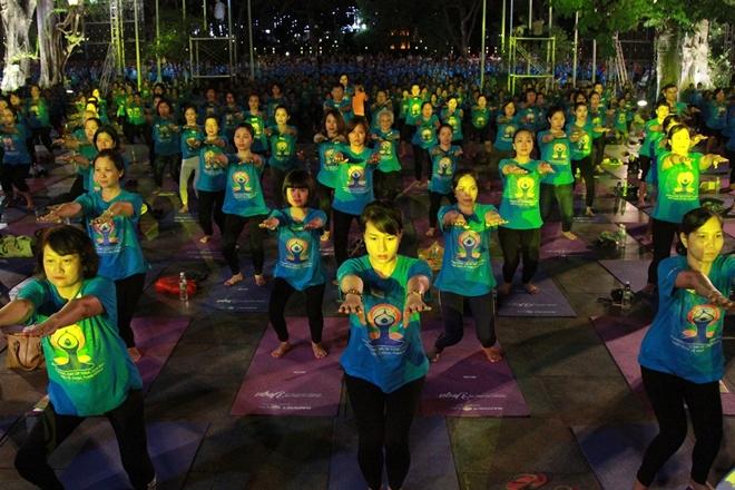 8.000 người đồng diễn trong Ngày quốc tế Yoga lần thứ 4 tại Việt Nam