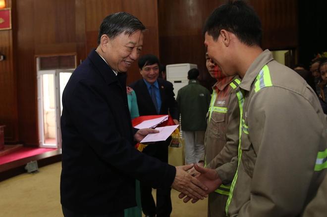 Bộ trưởng Tô Lâm tặng quà Tết cho công nhân lao động - Ảnh minh hoạ 2