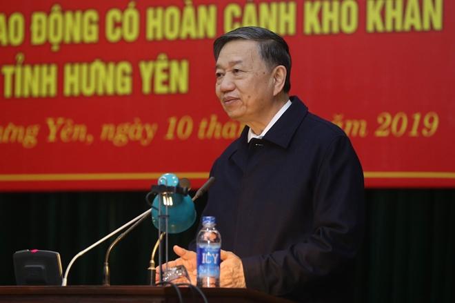 Bộ trưởng Tô Lâm tặng quà Tết cho công nhân lao động