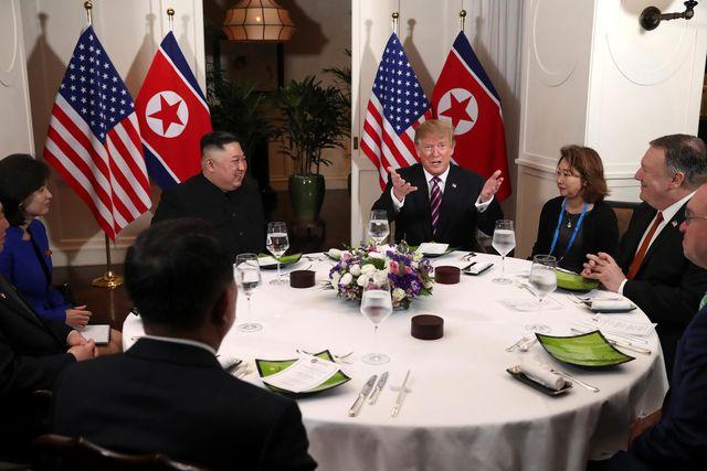 Hai nhà lãnh đạo Mỹ-Triều Tiên ăn tối cùng nhau. Ảnh: Reuters