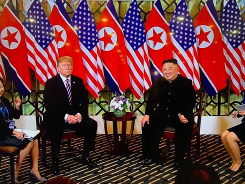 Hai nhà lãnh đạo ngồi bên bàn nói chuyện, bên cạnh có 2 nữ phiên dịch.