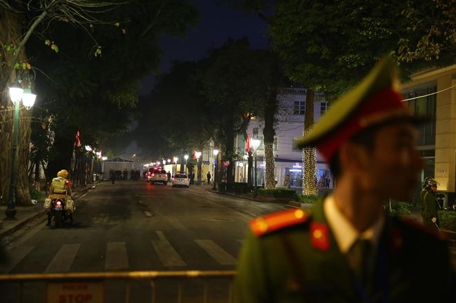 Đoàn xe Chủ tịch Kim dừng ở cổng vào khách sạn Metropol